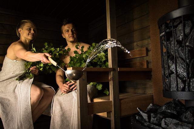 gente en la sauna finlandesa relax